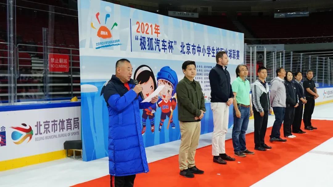 裁判监督纪俊峰宣读比赛成绩